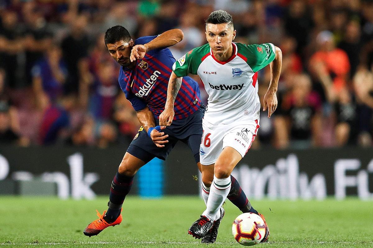 Dani Torres, Luis Suarezekin lehian, Bartzelonak eta Alavesek Camp Noun jokatutako partidan. ©ALEJANDRO GARCIA / EFE