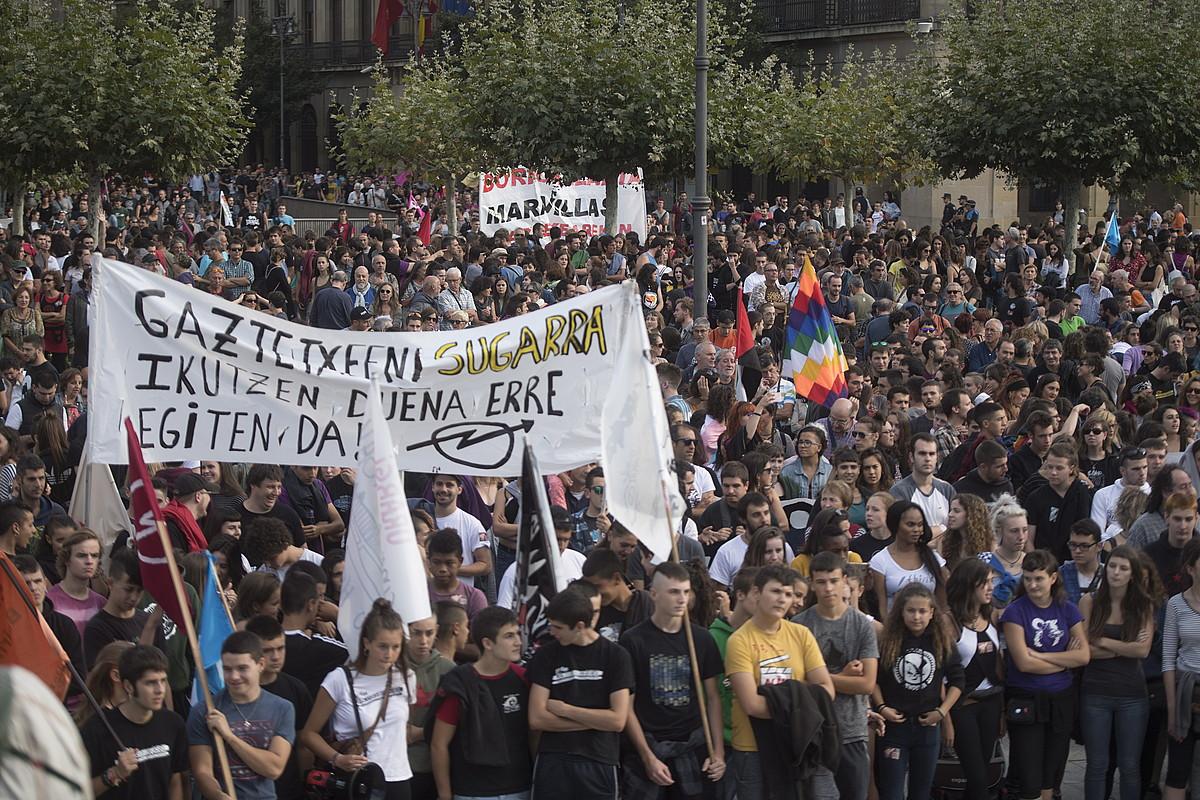 Milaka pertsona elkartu ziren Gazteluko plazan, manifestazioaren bukaeran.