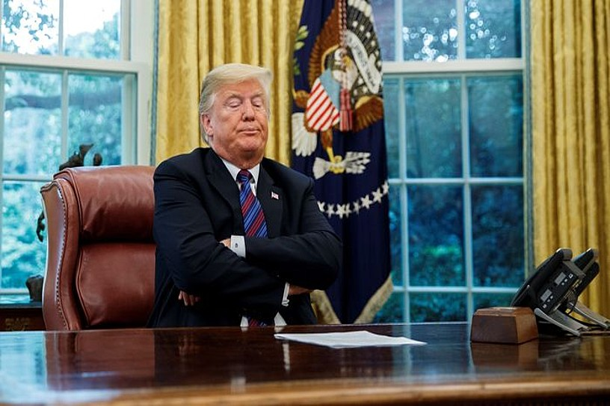 Donald Trump atzo Etxe Zuriko Gela Obalean, Enrique Peña Nieto telefonoaren beste aldean noiz jarriko zain. ©SHAWN THEW / EFE
