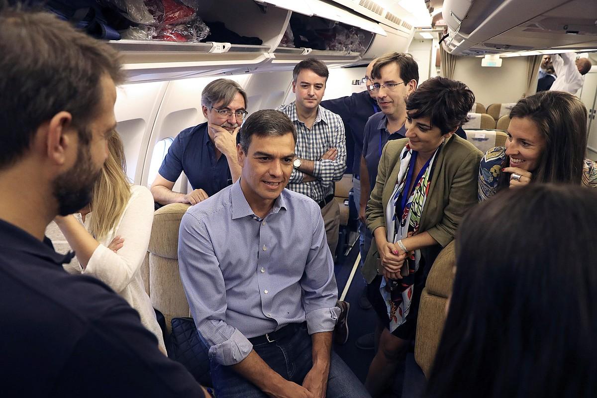 Pedro Sanchez hegazkin batean atzo, Latinoamerikara abiatu aurretik.