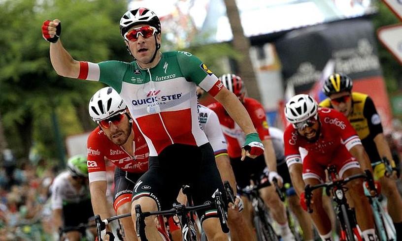 Elia Viviani, Espainiako Vueltako hirugarren etapako esprintean lortutako garaipena ospatzen. ©MANUEL BRUQUE / EFE