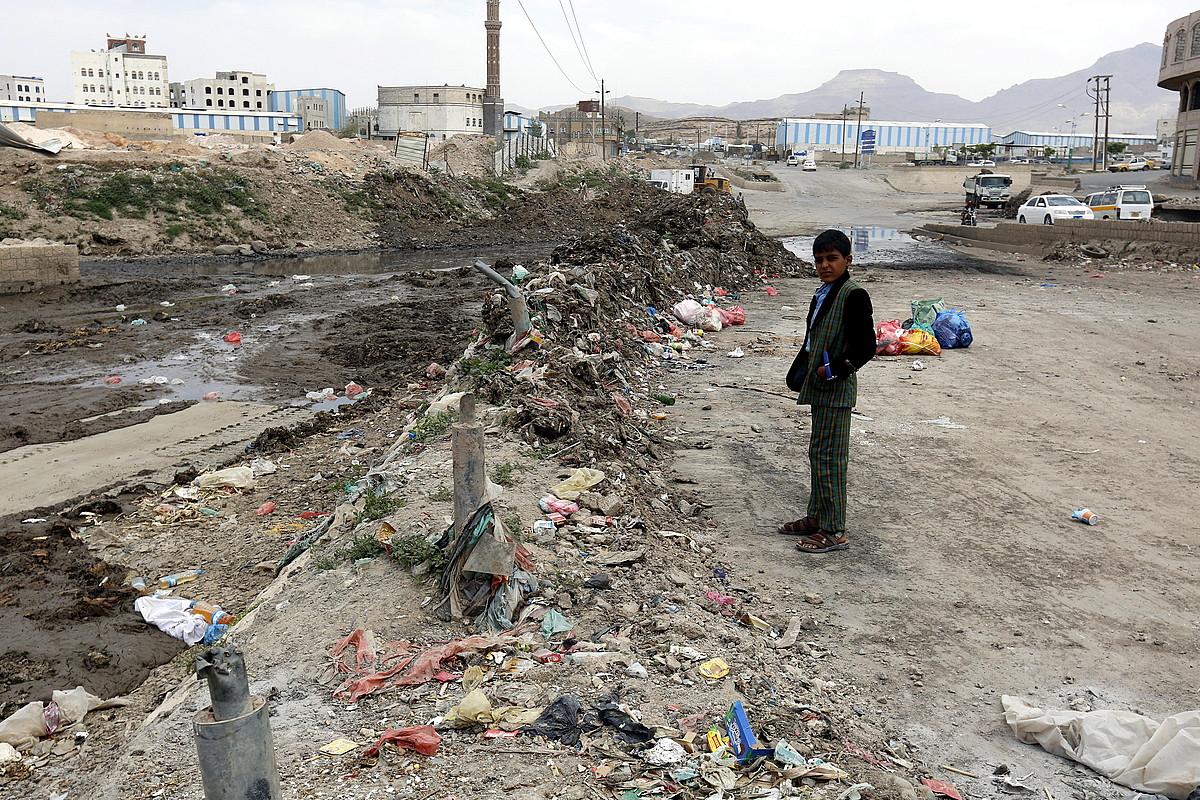 Yemendar bat zaborrez beteriko zingira baten ondoan, Sanaa hiriburuan, iragan igandean. ©YAHYA ARHAB / EFE