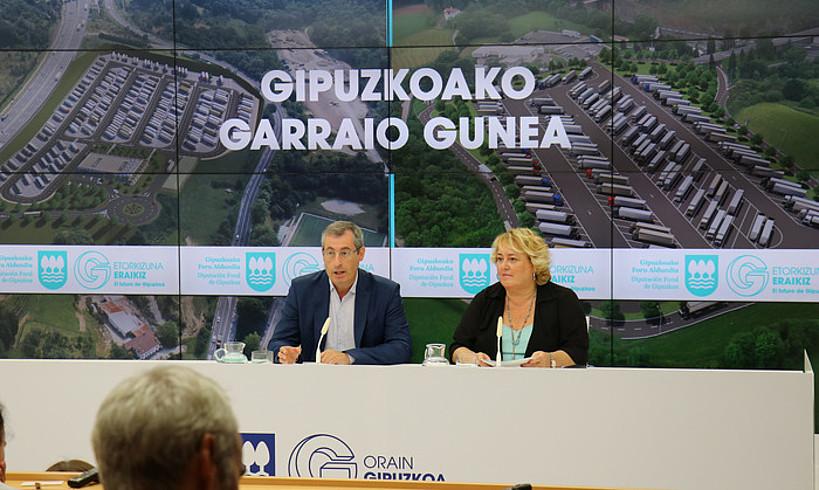 Markel Olanok eta Aintzane Oiarbidek Gipuzkoako Foru Aldundian aurkeztu zuten proiektua. ©GIPUZKOAKO FORU ALDUNDIA