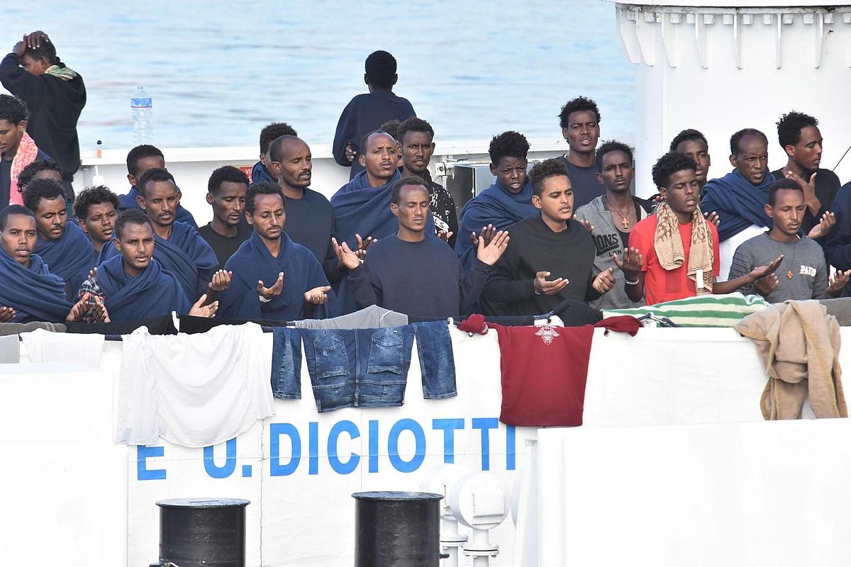 Migratzaileak lehorreratzeko baimenaren zain <em>Diciotti</em> ontzian, joan den asteazkenean, Italian. ©ORIETTA SCADINO /EFE