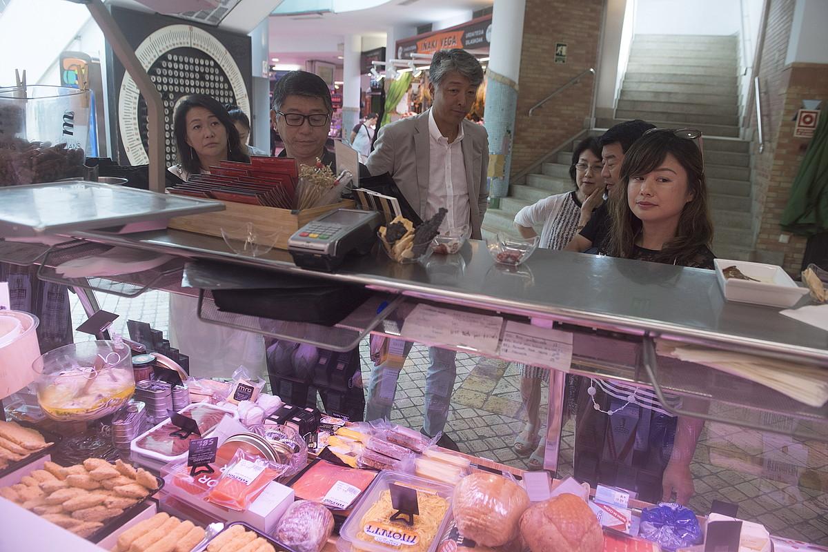 Elkarte gastronomikora joan aurretik, turistek merkatuan bertako produktuak erosten dituzte, gero sukaldari batek plater tipikoak prestatzeko. ©JON URBE / FOKU