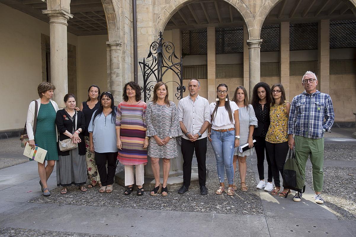 Nafarroako Gobernuko zerbitzuburuak, atzo, ijito komunitateko elkarte eta ordezkariekin. ©IÑIGO URIZ / FOKU