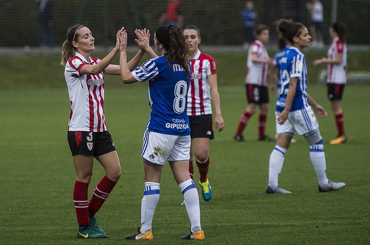 Athleticeko Ainhoa Vicente eta Realeko Itxaso Uriarte elkar agurtzen iazko Lezamako derbian. ©LUIS JAUREGIALTZO / FOKU