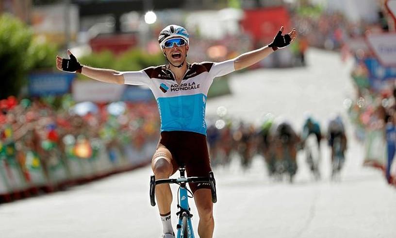 Tony Gallopin Espainiako Vueltako garaipena ospatzen tropela atzetik duela. ©MANUEL BRUQUE / EFE
