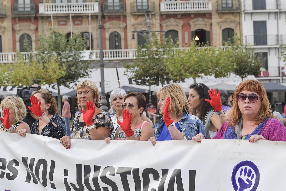 Astelehen Lilak taldeak antolatuta, indarkeria matxistaren aurkako protesta egin zuten atzo Iruñean.