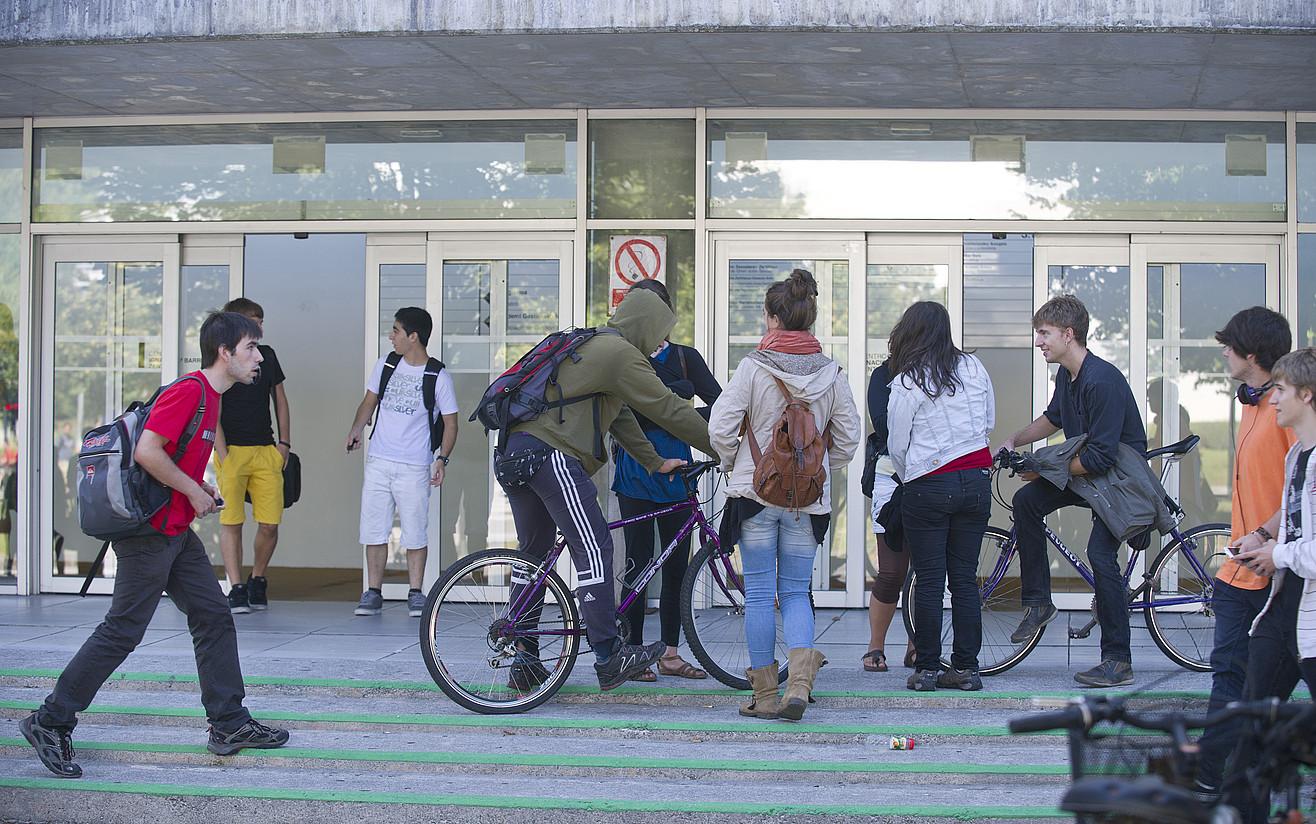 Ikasle batzuk Donostiako EHUko campuseko eraikin batera sartzen, artxiboko irudi batean. ©JON URBE / FOKU