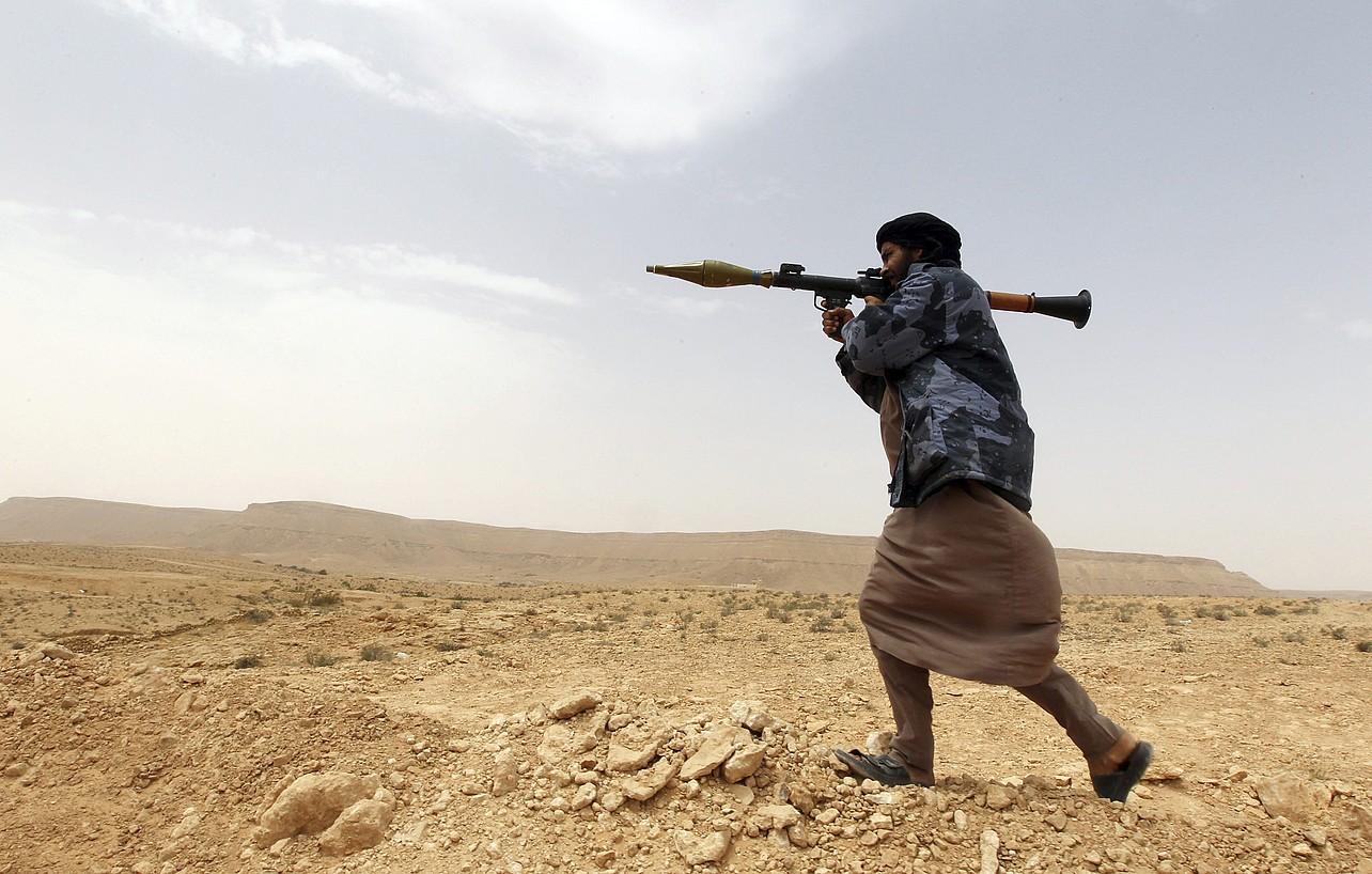 Libian 2.000 talde armatu daude. Irudian, matxino bat, mugatik gertu, Wazinen.