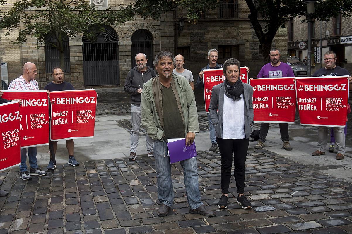 Kontseiluko idazkari nagusi Paul Bilbao eta Behatokiko buru Garbiñe Petriati, atzo, euskalgintzako hainbat kidek lagunduta.