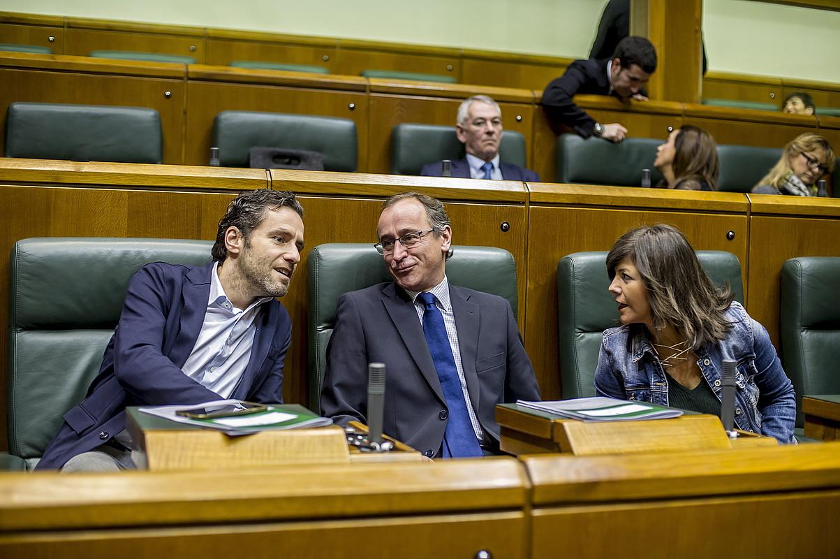 Borja Senper, Alfonso Alonso eta Nerea LLanos PPko legebiltzarkideak, otsaileko osoko bilkura batean. ©J. FONTANEDA / FOKU