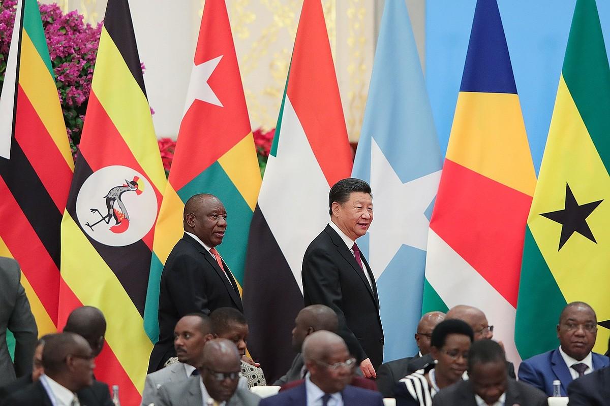 Cyril Ramaphosa Hegoafrikako presidentea eta Xi Jinping Txinakoa, Pekinen, foroko bilera batera iristen. ©LINTAO ZHANG / EFE