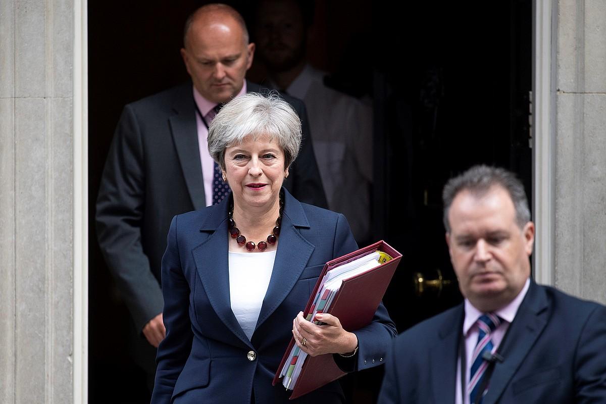 Theresa May lehen ministroa Downing Street-eko egoitza uzten, atzo, parlamentuko saiora joateko.