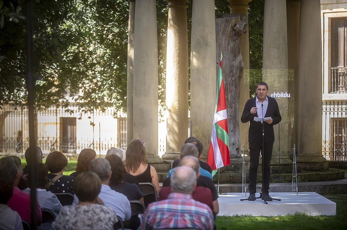 Arnaldo Otegi, hizketan, atzo EH Bilduk Gernika-Lumon egindako agerraldian. ©JAIZKI FONTANEDA / FOKU