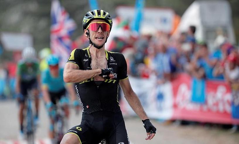Simon Yatesek lidergoa sendotu zuen atzoko etapan lortutako garaipenarekin; irudian, ospatzen.