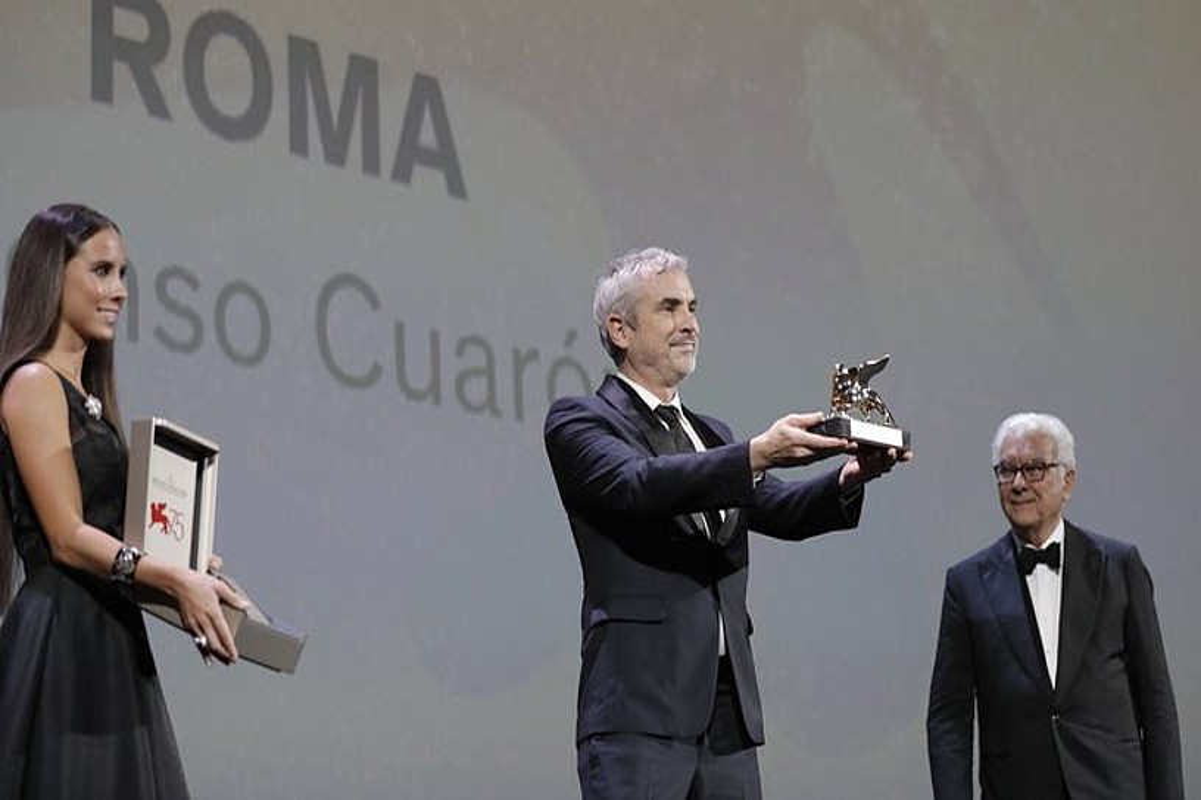 Alfonso Cuaron, atzo, saria jasotzeko unean.