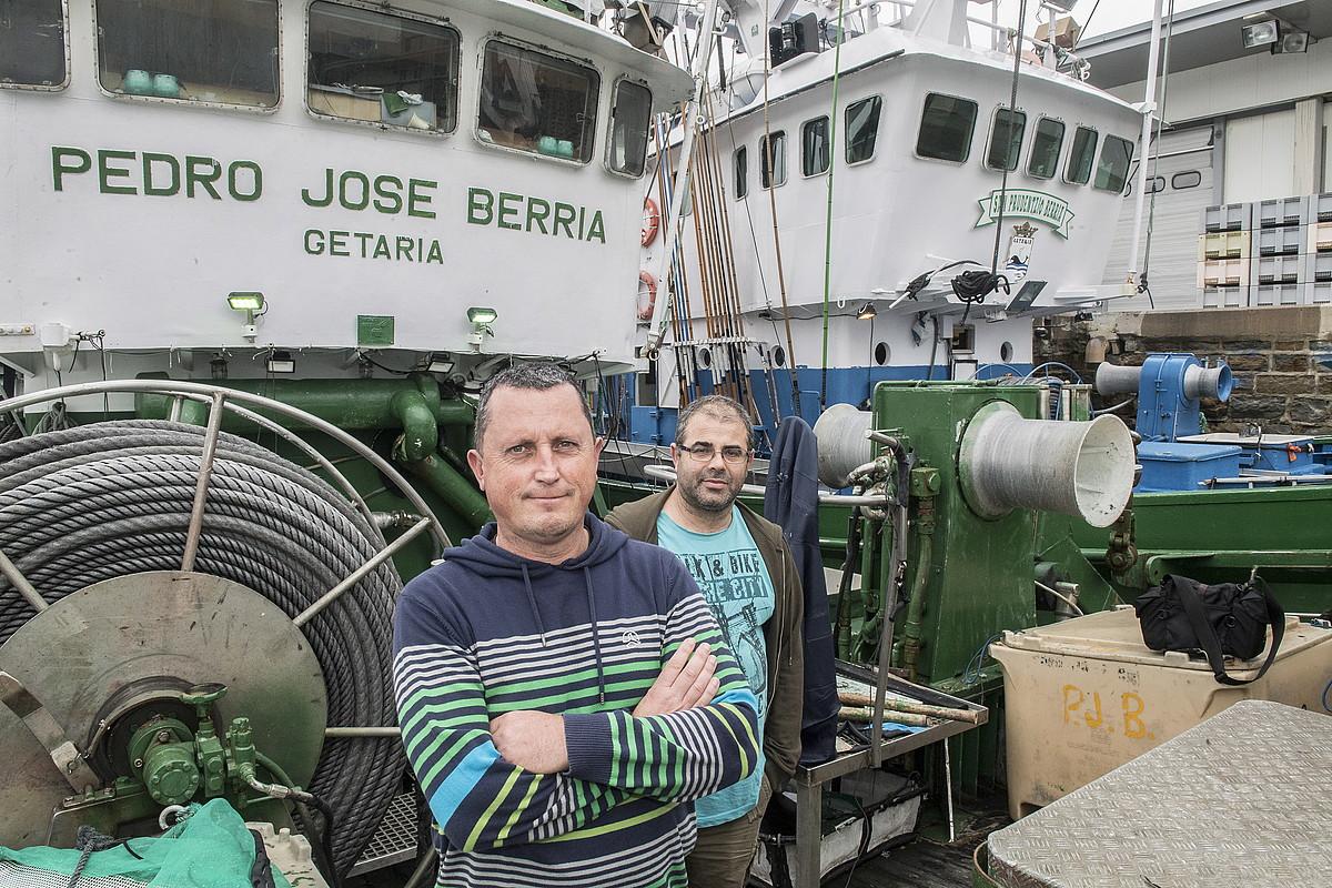Gaizka Agirrezabalaga eta Joseba Larrañaga patroiak, Getariako portuan.