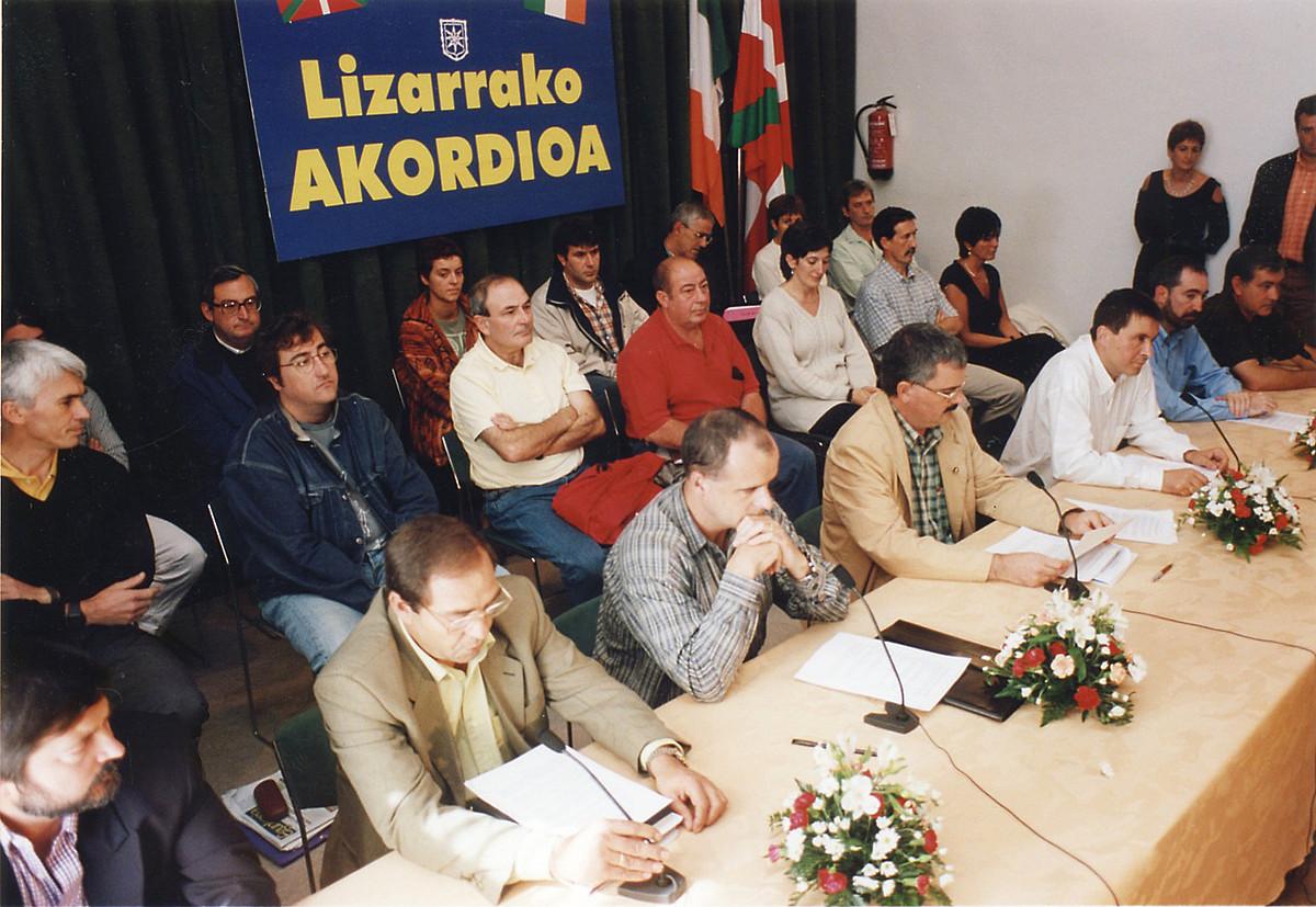 Eragile politiko, sindikal eta sozialetako ordezkariak, akordioa sinatzeko ekitaldian, 1998ko irailaren 12an. ©JAGOBA MANTEROLA