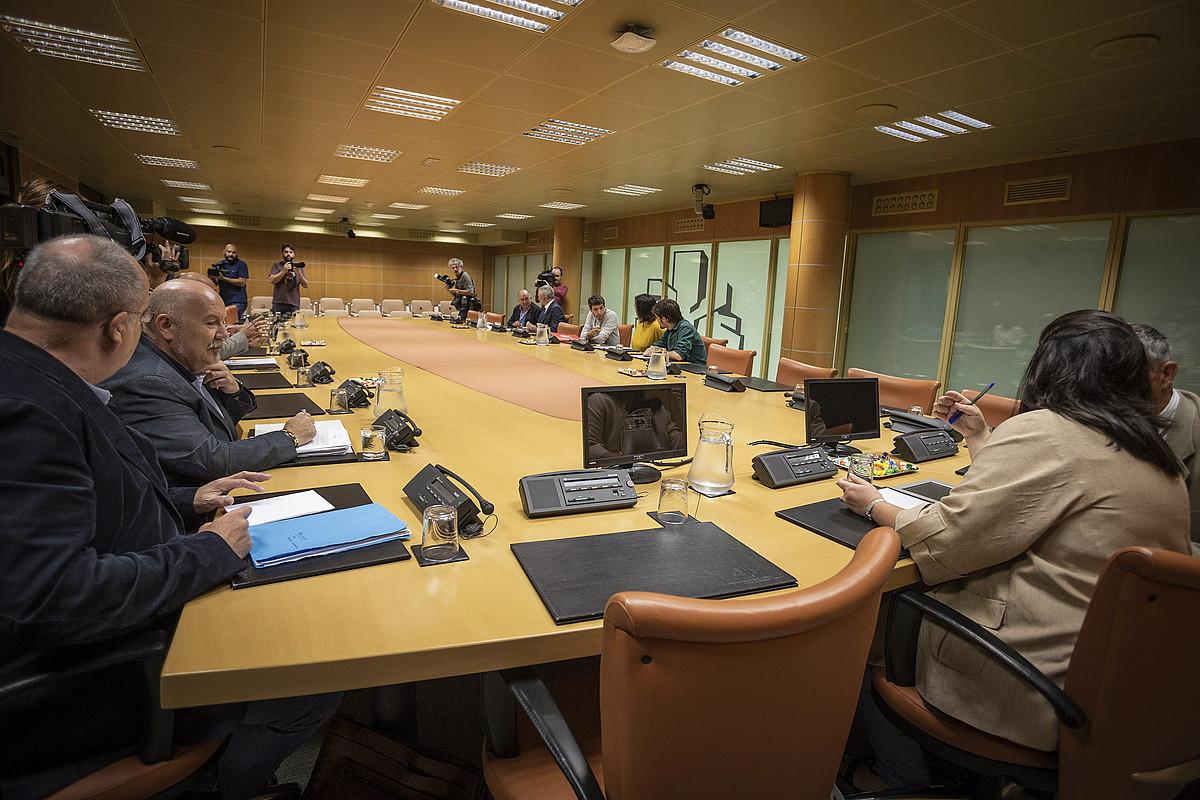 Talde politikoetako ordezkariak, atzo, Eusko Legebiltzarreko Autogobernu Lantaldeak eginiko bileran. ©ENDIKA PORTILLO / FOKU