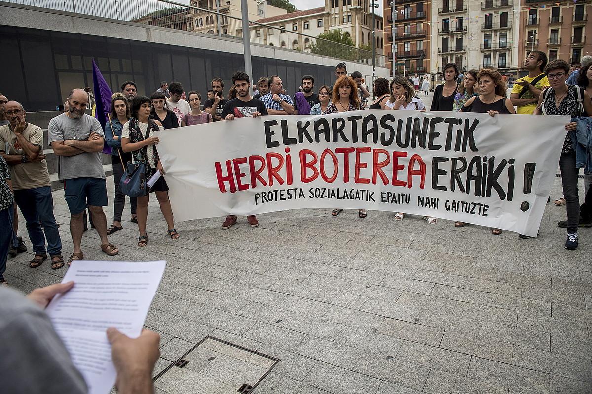Elkartasunezko protesta bat egin zuten atzo Donostian. ©GORKA RUBIO / FOKU
