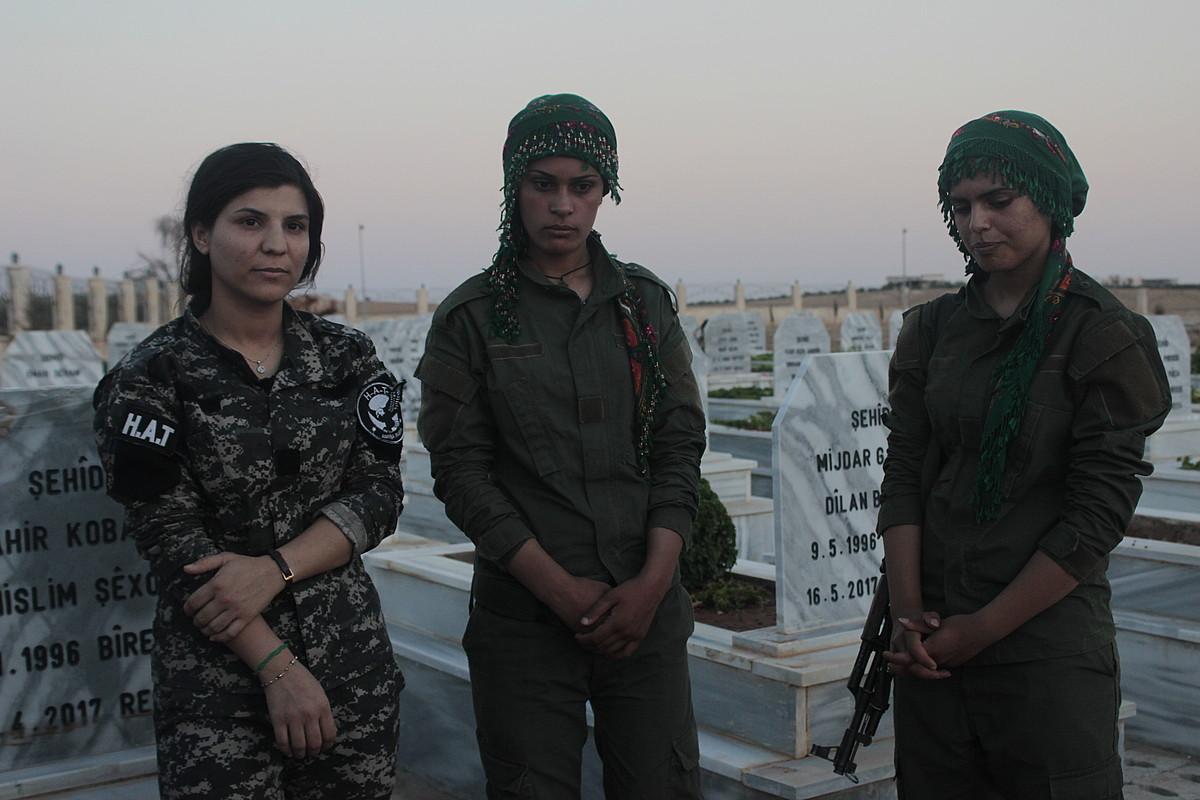 HAT Asayis Jin polizia taldearen indar berezietako kide bat eta bi miliziano, Kobaneko Sehide hilerrian. ©AITOR ASPURU