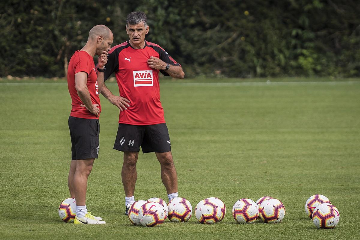 Jose Luis Mendilibar Eibarreko entrenatzailea, Toni Ruiz prestatzailearekin hizketan, entrenamendu batean. ©G. RUBIO / FOKU