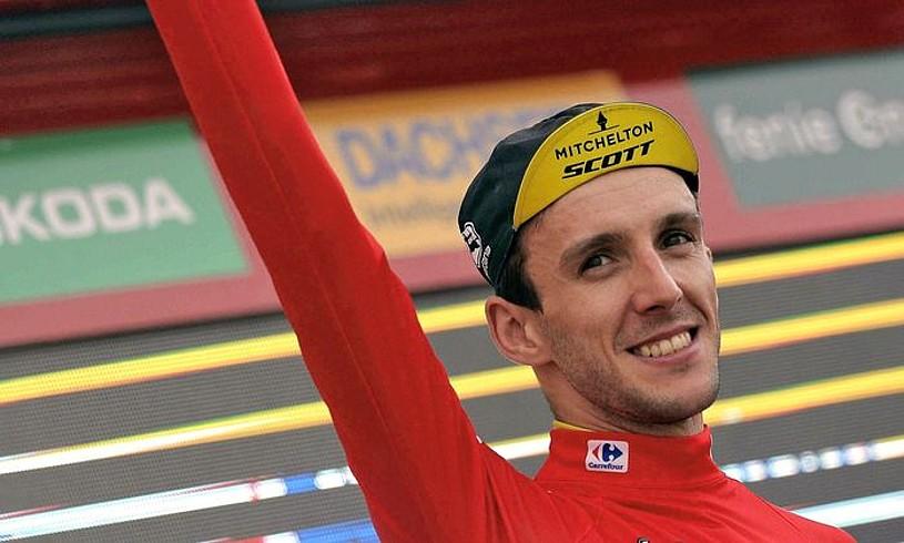 Simon Yates elastiko gorriarekin, Rabassako podiumean, atzoko etaparen ondoren. ©MANUEL BRUQUE / EFE