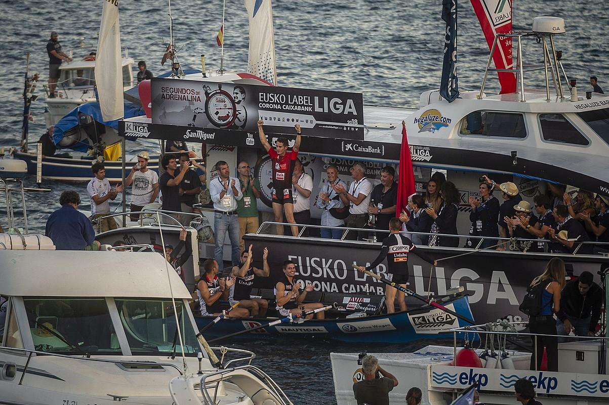 <b>Eneko Bilbao Urdaibaiko patroia besoak altxatuta, taldekideen aurrean Eusko Label ligako liderraren elastikoa erakusten.</b> &copy;JAIZKI FONTANEDA / FOKU