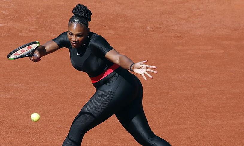 Beltzez jantzita. Serena Williamsen erditze ondoko jantziarekin polemika piztu da Roland Garrosen. ©GUILLAUME HORCAJUELO / EFE