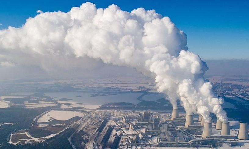 <b>Karbono isuriak.</b> Ikatzezko zentral termikoek isurtzen dute CO2 gehien. Irudian lurrun hodeiak ateratzen Vattenfal konpainiaren Janschwaldeko lignito ikatzezko zentraletik (Alemania). Europako zentralik kutsatzaileenetako bat da. ©PATRICK PLEUL / EFE