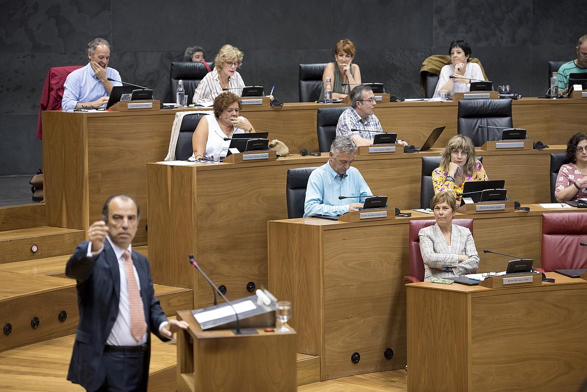 UPNko Carlos Garcia Adanero, atzo, parlamentuan, eta, hari begira, Uxue Barkos lehendakaria. ©IÑIGO URIZ / FOKU