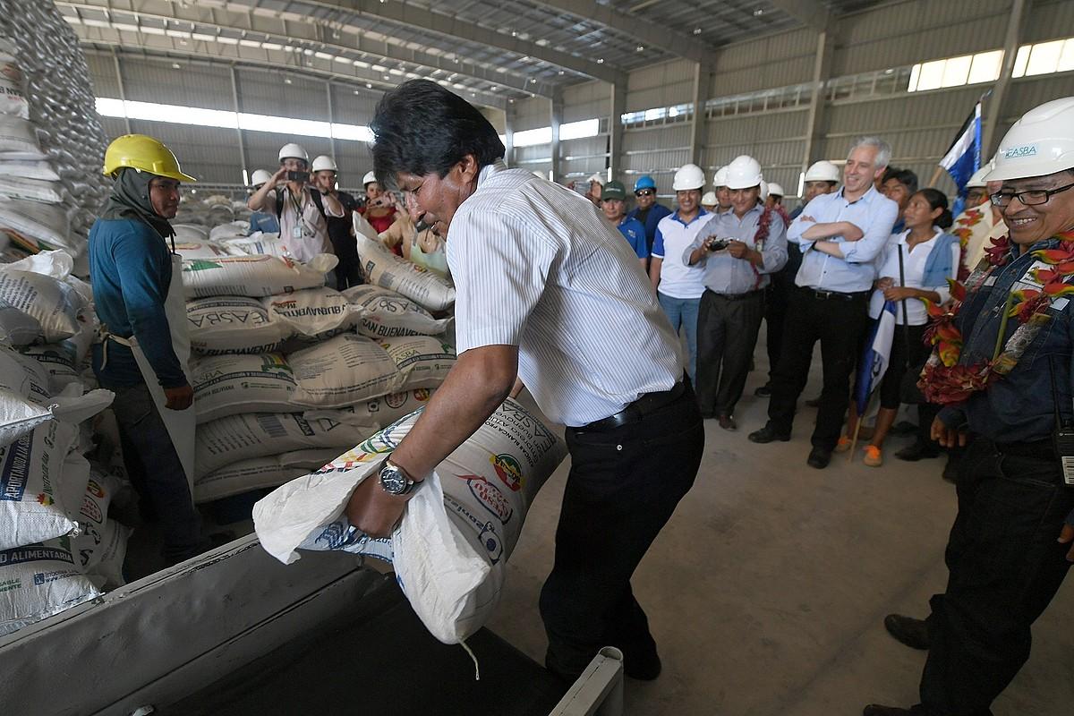 Evo Morales Boliviako presidentea, iragan abuztuan, azukre enpresa batera eginiko bisitan, La Paz hiriburuan.
