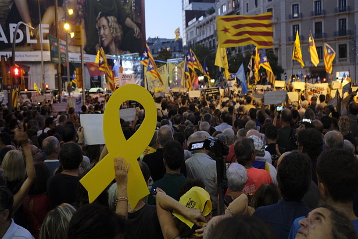 Milaka herritar elkartu ziren atzo Generalitatearen Ekonomia Kontseilaritzaren parean, Bartzelonan. ©ORIOL CLAVERA