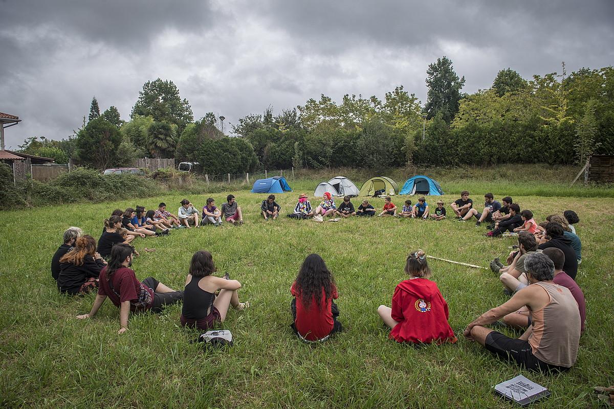 Atzo arratsaldean abiatu zuten Iraultza Txikien Akanpada; irudian, jendea biribilean jarrita zelai batean. ©GORKA RUBIO / FOKU
