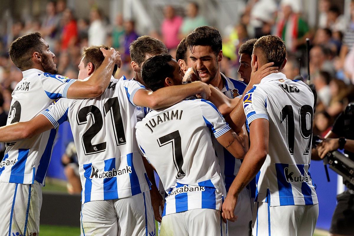 Estu hartu zuen Huescak Reala, baina Mikel Merinoren gola baliatuta hiru puntuak eskuratu zituzten txuri-urdinek. ©JAVIER VELASCO / EFE