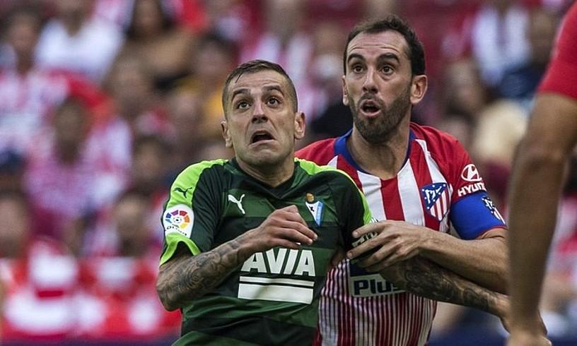Ruben Peña, Diego Godin Atletico Madrileko jokalariarekin lehian. ©R. JIMENEZ / EFE