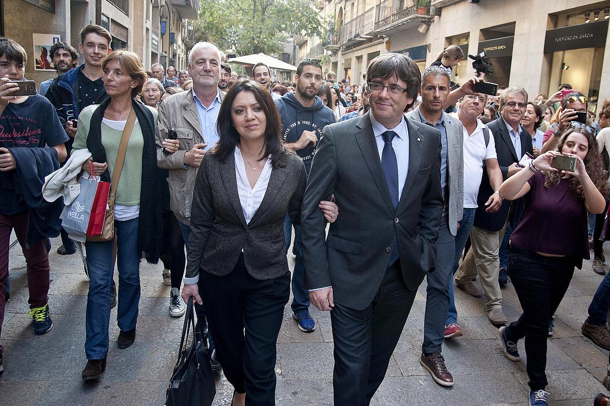 Carles Puigdemont Gironako kaleetan barrena pasieran, joan den urriaren 28an, Marcela Topor emaztea alboan duela. ©ROBIN TOWNSEND / EFE
