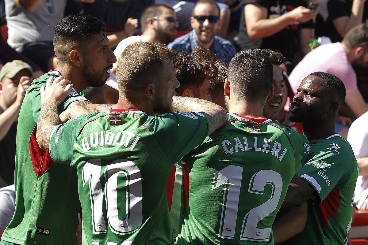 Alaveseko jokalariak, atzo Vallecasen sartu zuten lehen gola ospatzen; Ximo Navarrok egin zuen. ©VICTOR LERMA / EFE