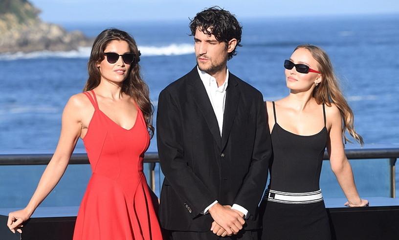 Laetitia Casta, Louis Garrel eta Lily-Rose Depp, atzo, Donostian. ©JON URBE / FOKU