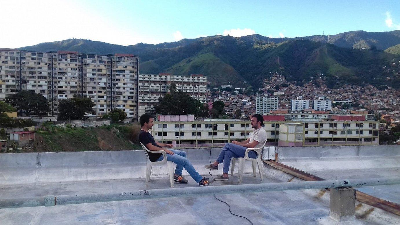 Xabier Madariaga, Mikel Moreno elkarrizketatzen, Caracasko 23 de Enero langile auzoan. ©ETB