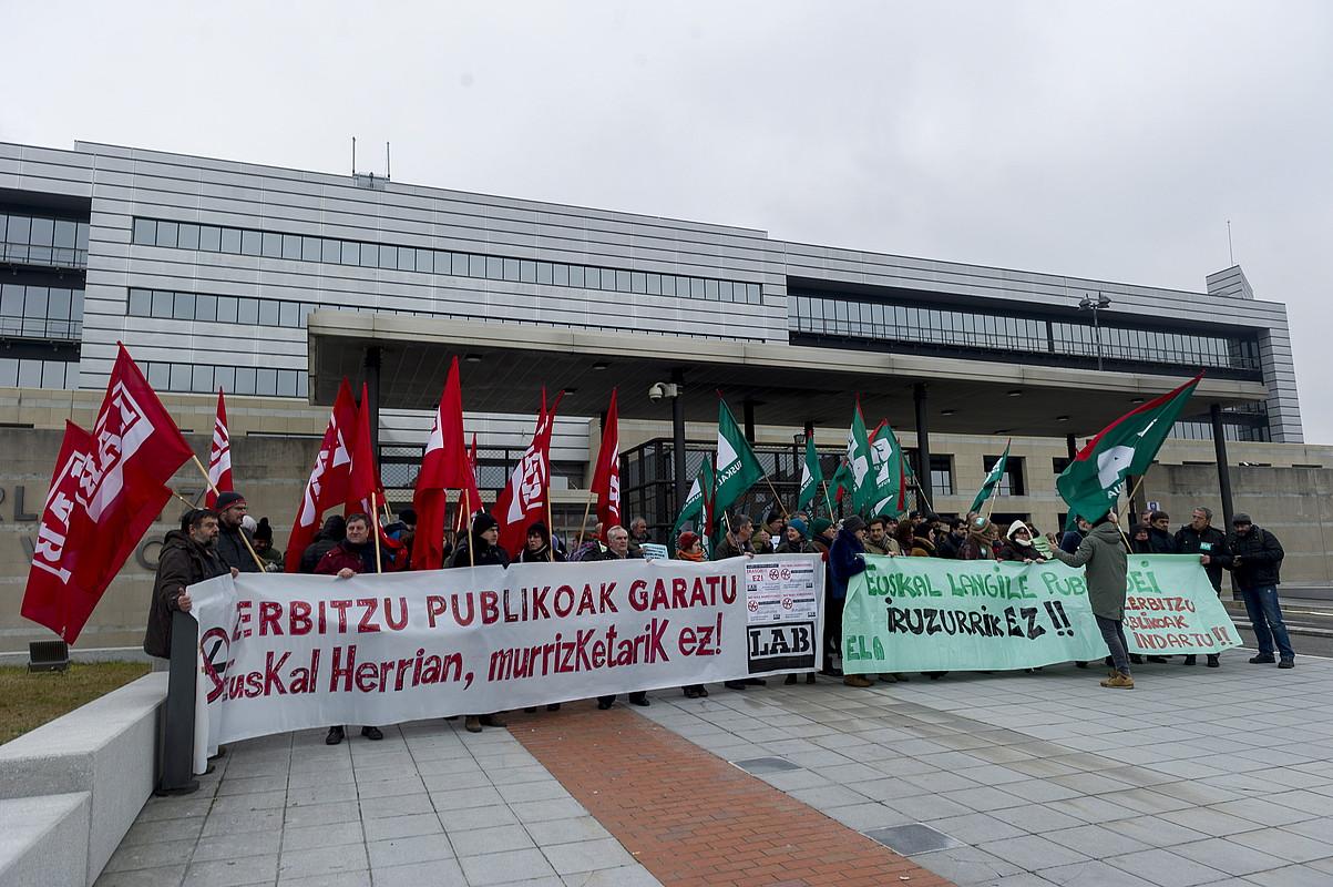 Sindikatu abertzaleek joan den urtean Eusko Jaurlaritzaren aurrean egindako protesta, lan baldintzen harira. ©JUANAN RUIZ / FOKU