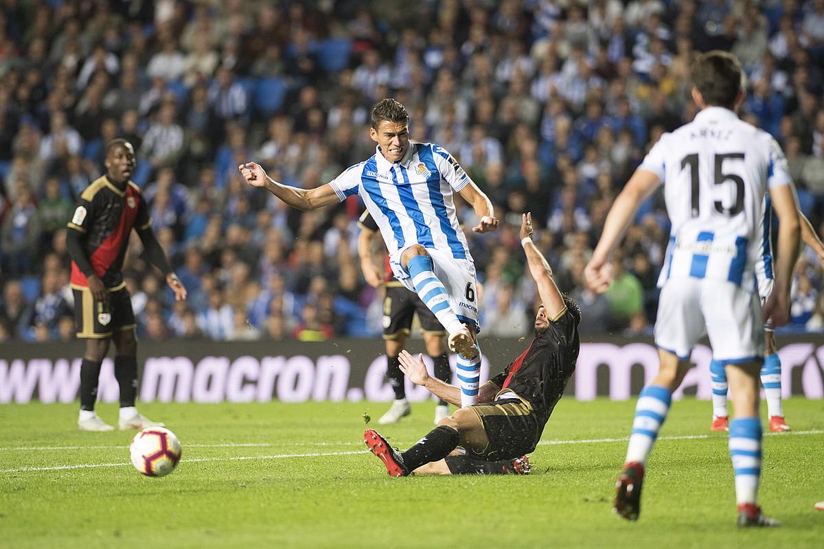 <b>Realeko Hector Moreno baloia atera nahian, Rayoko jokalari batek oztopatuta.</b> ©JUAN CARLOS RUIZ / FOKU