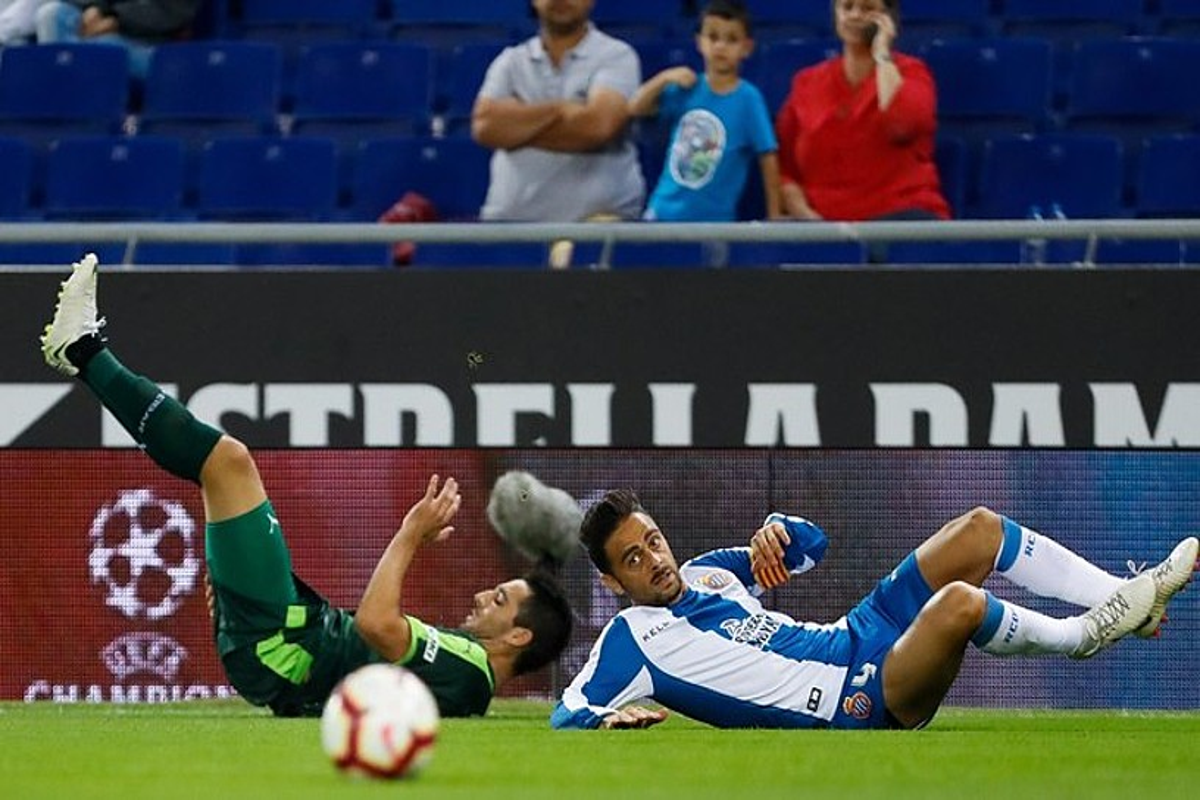 Eibarreko Anaitz Arbilla eta Espanyoleko Sergio Garcia, lurrean lehian, atzoko partidan. ©ENRIC FONTCUBERTA / EFE