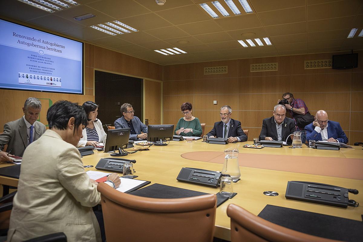 Eusko Ikaskuntzako kideak Eusko Legebiltzarreko Autogobernu Lantaldearen bileran, atzo. ©ENDIKA PORTILLO / FOKU