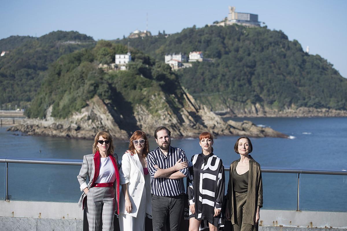 Carlos Vermut —erdian—, Eva Llorach, Natalia de Molina, Najwa Nimri eta Carme Elias aktoreekin, atzo, Donostian.