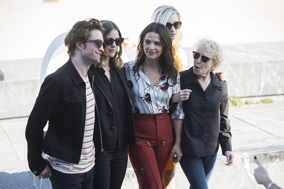 Robert Pattinson, Mia Goth, Juliette Binoche, Agata Buzek eta Claire Denis, atzo, Donostian.
