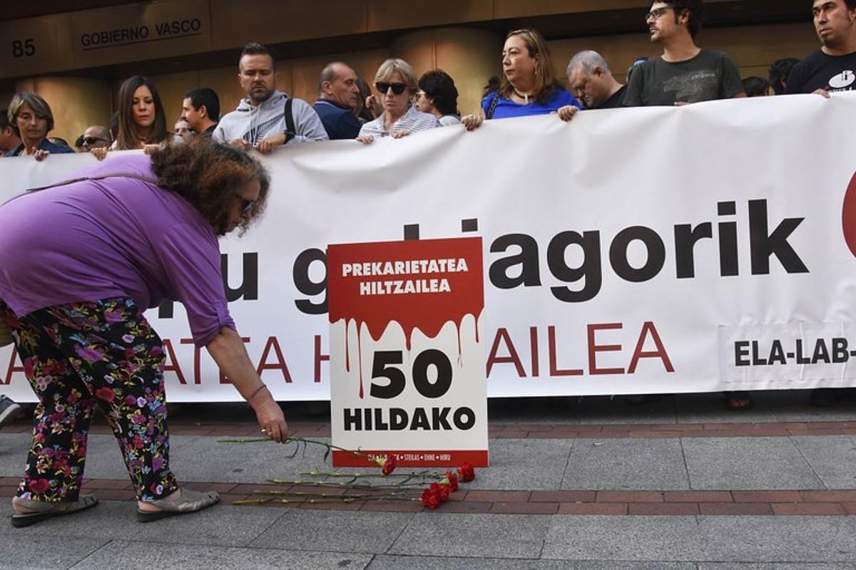 Sindikatuek protesta egin zuten Eusko Jaurlaritzaren egoitzaren aurrean, atzo, Bilbon. ©BERRIA