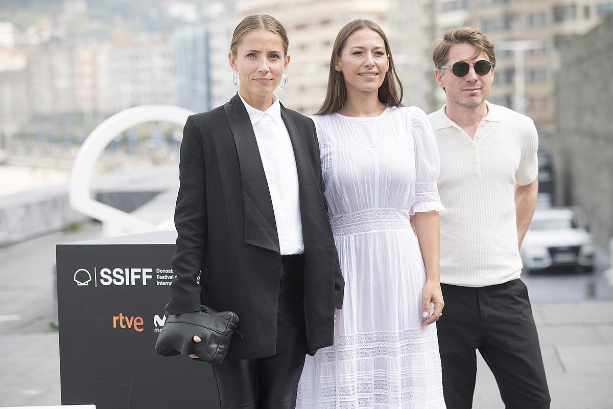 Tuva Novotny zuzendaria, Pia Tjelta aktorea eta Jonas Alarik argazki zuzendaria, atzo, Donostian, <em>Blind Spot</em> filma aurkeztu berritan.